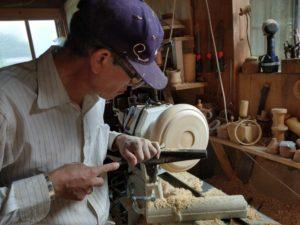 木工旋盤は、ろくろのように回した木を削り、物を作る作業です。